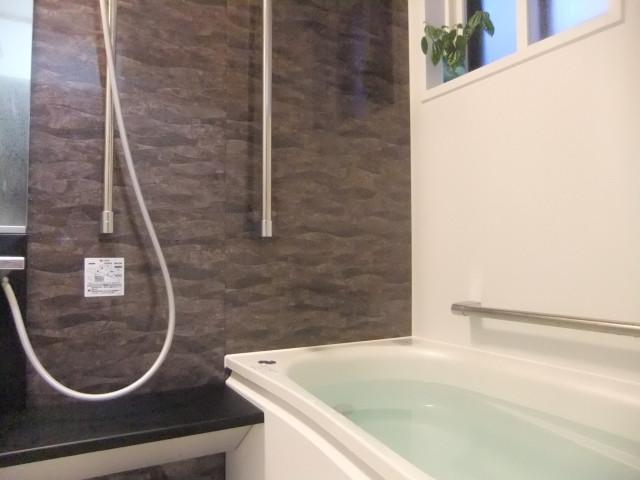 バリアフリーを意識した浴室の手すり