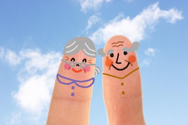 指に書かれた老夫婦の絵