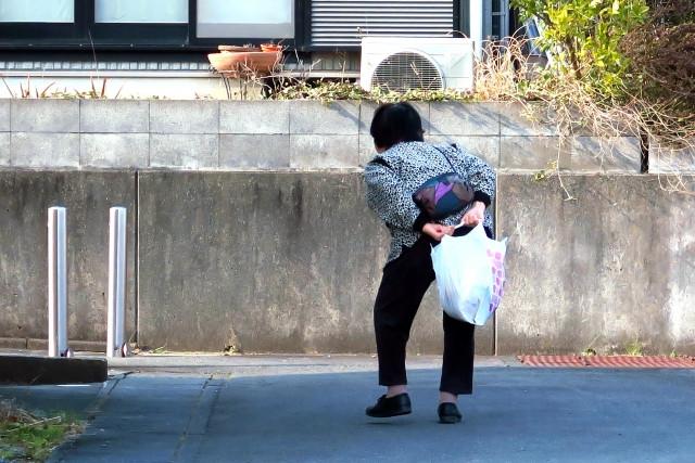 歩いているおばあちゃん